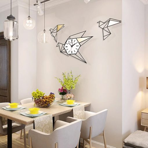 Grande horloge murale originale dans une salle-à-manger