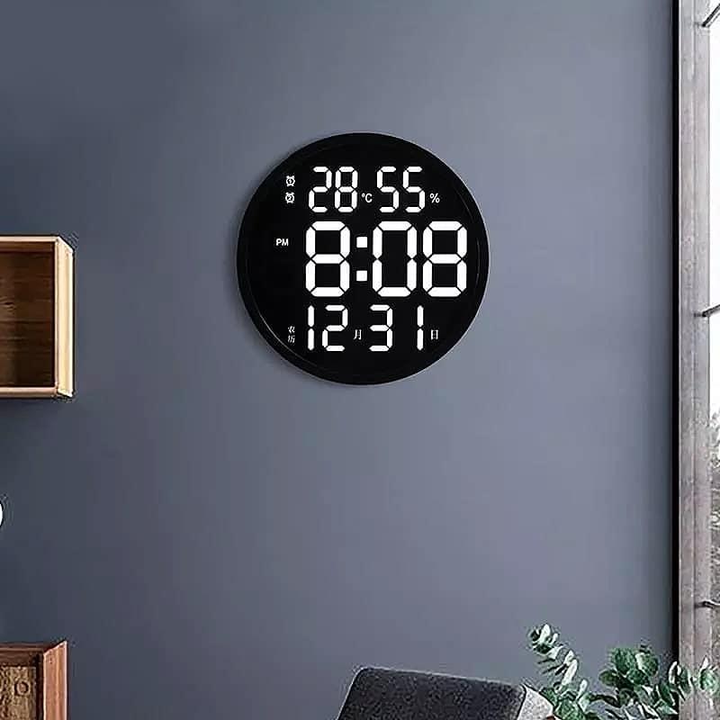 Horloge digitale murale originale sur un mur bleu dans un salon / séjour