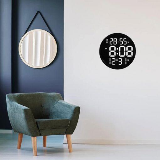 Horloge digitale murale originale dans un salon chic et moderne