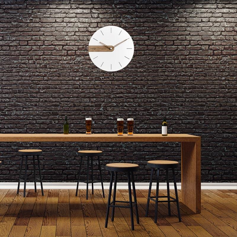 Horloge murale blanche design dans un bar vintage