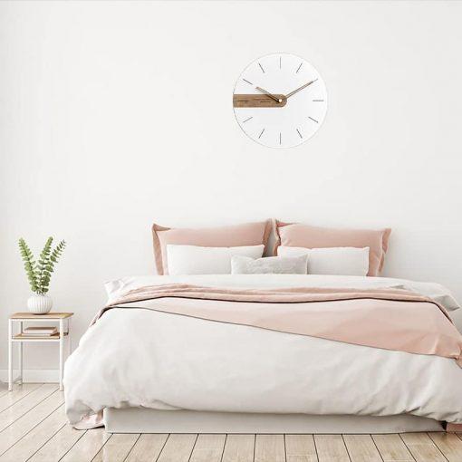 Décoration design avec une horloge murale blanche dans une chambre