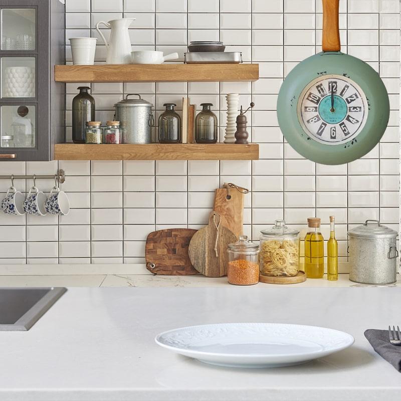 Horloge murale en poêle de couleur vert dans une cuisine vintage et rétro