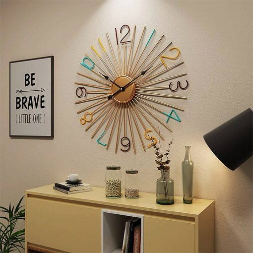 Horloge murale décorative au dessus d'une commode