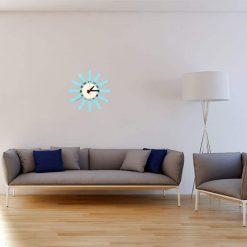 Horloge murale design bleu dans un salon chic et moderne