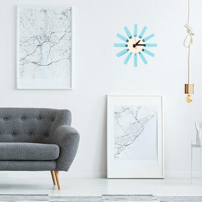 Horloge murale design bleu dans un séjour moderne