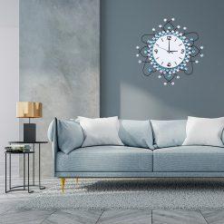 Horloge murale design et originale au dessus d'un canapé dans un séjour
