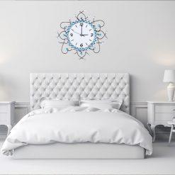 Chambre minimaliste blanche avec une horloge murale originale et design