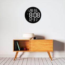 Horloge digitale murale originale dans un séjour cosy