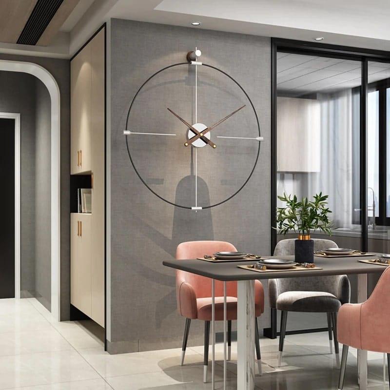 Horloge murale grise en métal dans un séjour