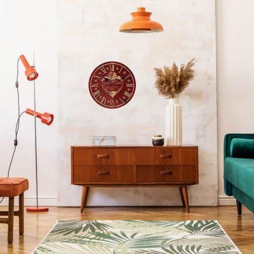 Horloge murale rouge vintage dans le séjour rétro
