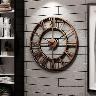 Horloge murale industrielle vintage 40 cm de diamètre dans une bibliothèque