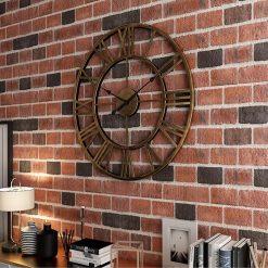 Horloge murale industrielle vintage 40 cm posée sur un mur en brique
