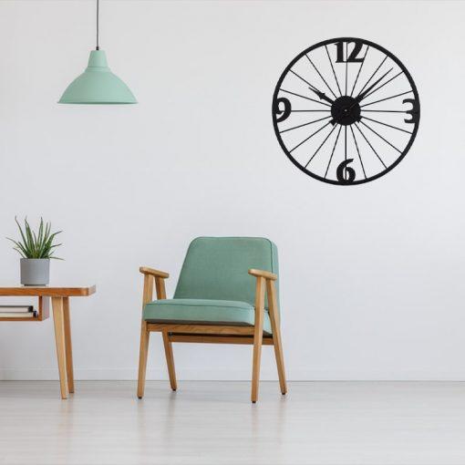 Horloge murale vintage métal dans un espace salon / salle-a-manger