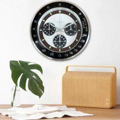 Salon vintage avec une horloge murale rétro