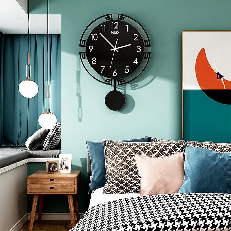 Horloge pendule murale style vintage dans une chambre cosy