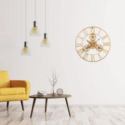 Horloge industrielle avec engrenages apparents dans un séjour