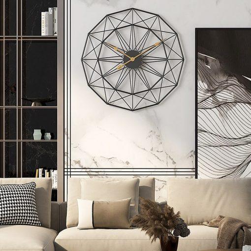 Horloge industrielle murale au-dessus d'un canapé