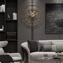 Horloge industrielle murale dans un salon moderne