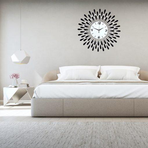 Horloge murale noire dans une chambre luxueuse