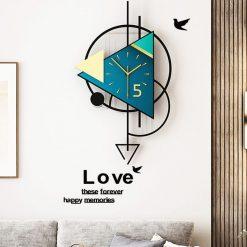 Horloge murale design au dessus d'un canapé