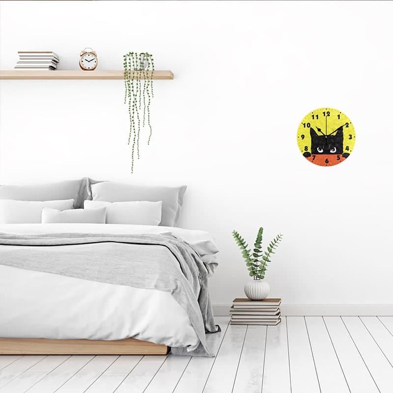 Horloge murale design chat dans une chambre
