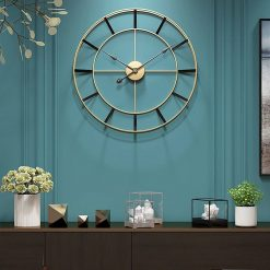 Horloge murale design de diamètre 60 cm au-dessus d'une commode