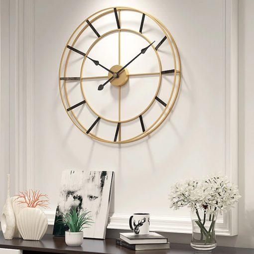 Horloge murale style design de diamètre 60 cm dans une entrée de maison