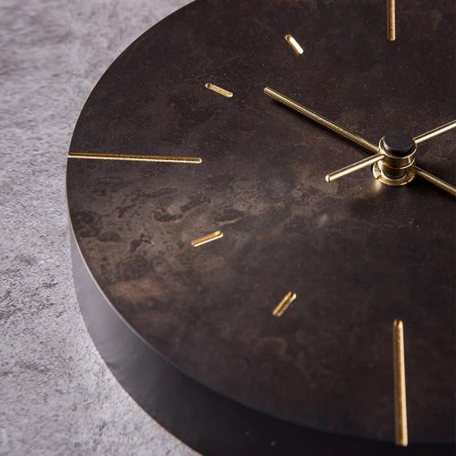Horloge murale en métal vintage avec des aiguilles en or