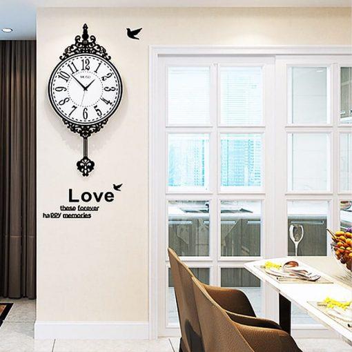 Horloge murale géante vintage dans une salle-à-manger