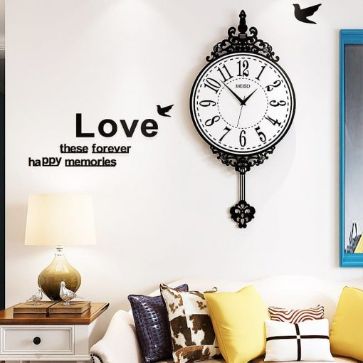 Horloge murale géante vintage dans un salon moderne