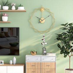 Horloge murale silencieuse design dans un salon