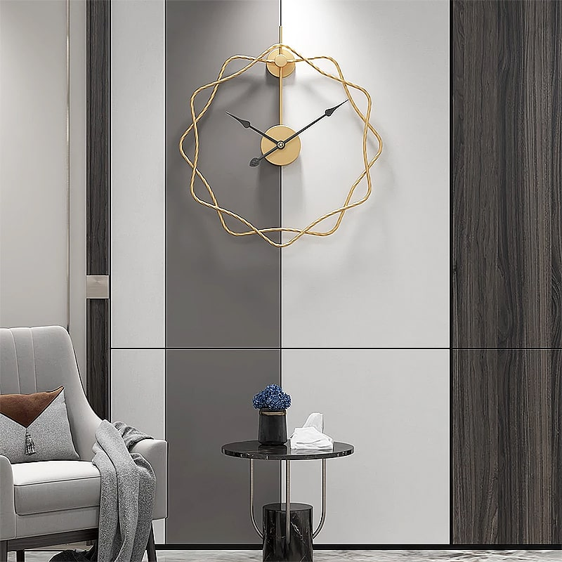 Horloge murale silencieuse design dans un salon moderne