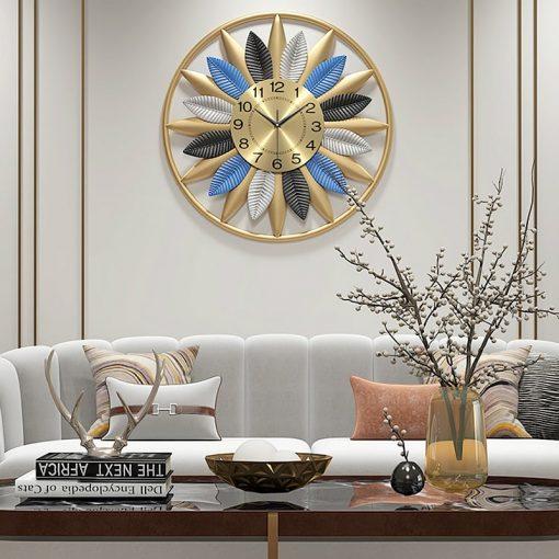 Horloge vintage murale dans un séjour luxueux