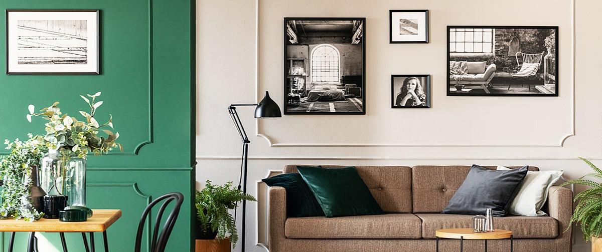 Cadres photos superposés au-dessus d'un canapé