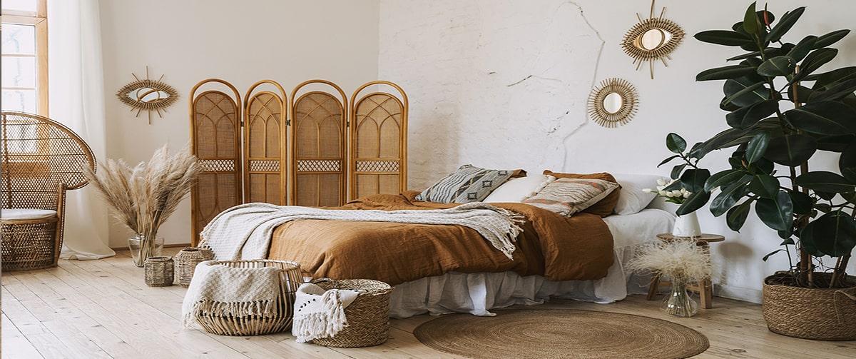 Chambre au style bohème avec un paravent en bambou
