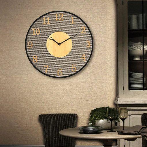 Grande horloge industrielle murale dans un séjour ancien