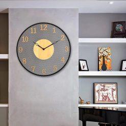 Grande horloge murale industrielle dans un séjour vintage