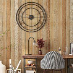 Grande horloge murale industrielle moderne suspendue sur un mur en bois