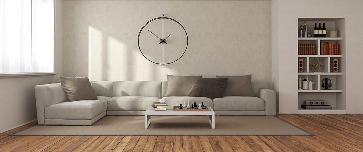 Grande pendule murale en métal dans un salon moderne