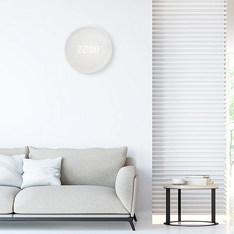 Horloge digitale murale en bois dans un salon moderne