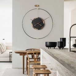 Horloge industrielle murale design dans une cuisine contemporaine