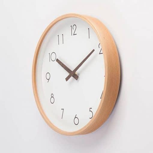 Horloge murale avec cadran et aiguilles en bois