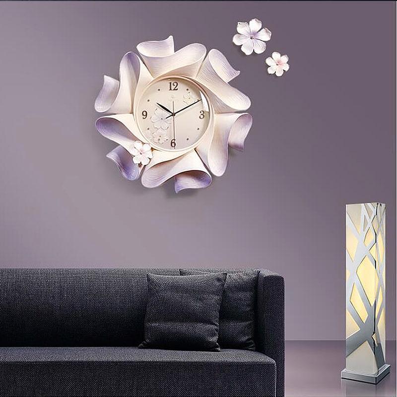 Horloge murale blanche design originale dans un salon