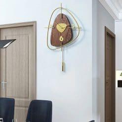 Horloge murale decorative en bois dans un bureau contemporain