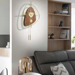 Horloge murale décorative en bois dans un salon moderne