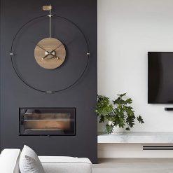 Horloge murale design au style industriel en bois et métal dans un salon