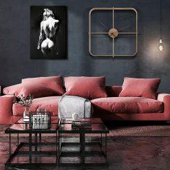 Horloge murale design carrée dans un salon moderne et contemporain