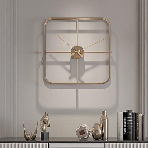 Horloge murale design de forme carrée en métal avec des aiguilles en bois