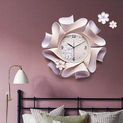 Horloge murale design originale dans une chambre moderne