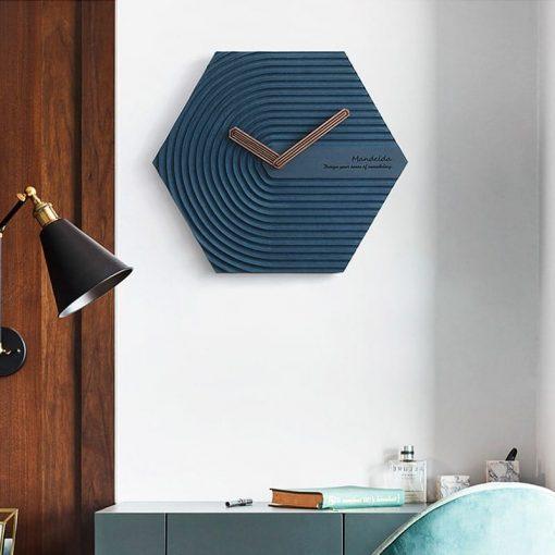 Horloge murale design scandinave bleue au-dessus d'un bureau
